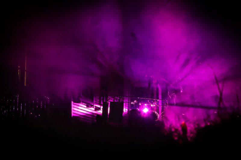 Talon kuisti violeteilla spottivaloilla valaistuna