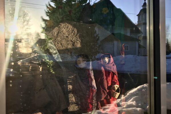 Pääsiäisasetelma kirkon ikkunassa