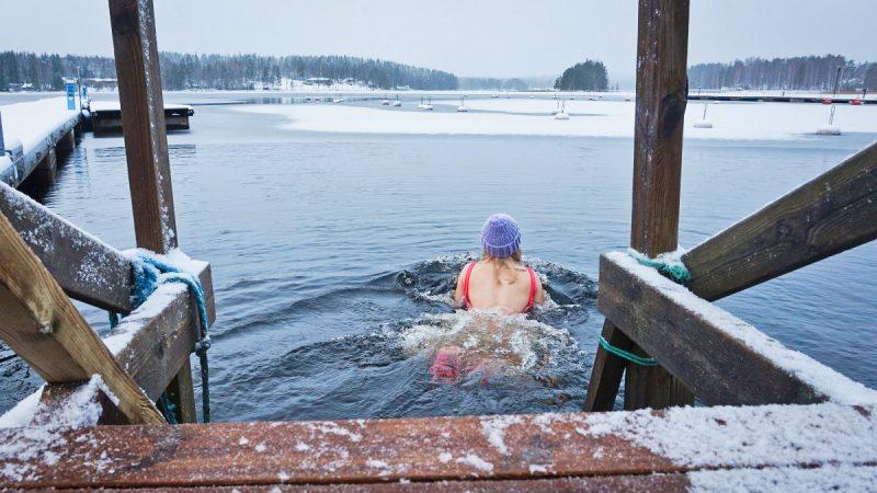 Tyttö ui avannossa selkä kameraan päin