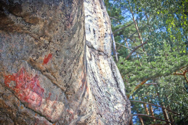 Punainen kalliomaalaus, joka esittää kättä Astuvansalmella