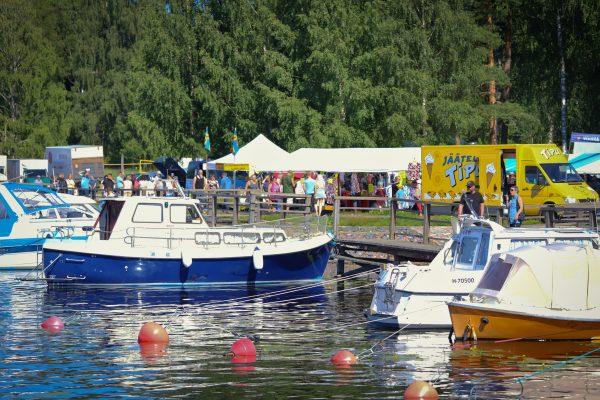Veneitä laiturissa, takana Ristiinan markkinat